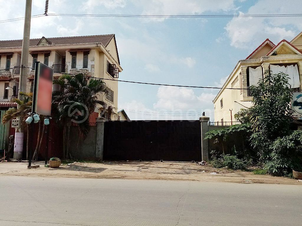 LAND AND WAREHOUSE IN STEUNG MEAN CHEY