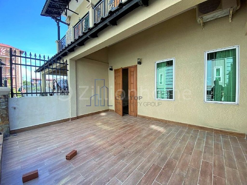 Townhouse 4 Bedrooms For Rent in Phsar Daeum Thkov area near Russian market